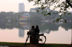 Hai bạn trẻ bên hồ Thuyền Quang Source: Tuan Lalarme
